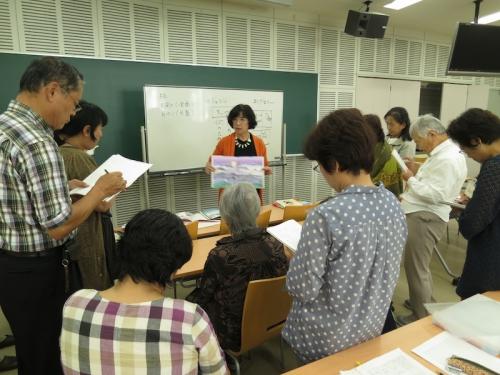 2回目の講座で絵本を紹介する永田教授