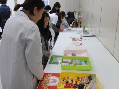 参加者と景品を選ぶ学生