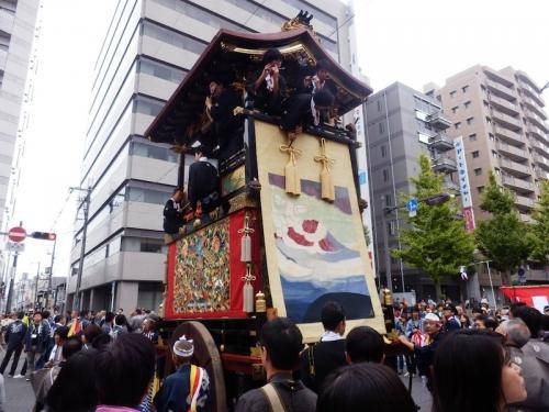 今年の巡行1番籤は「殺生石山」。見送り幕の原画は日本画家小倉遊亀画伯によるもの。