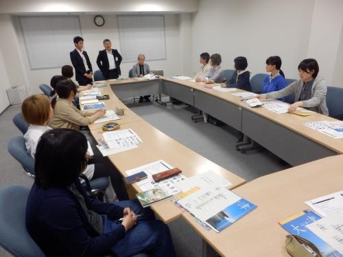 大津市総合計画のロゴデザインの説明を受ける学生たち。5月16日聚英館2階小会議室にて