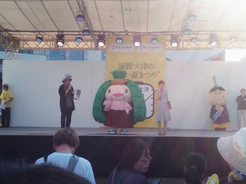 ちま吉プロジェクト担当の田中真一郎教授が、ステージでちま吉と大津祭を紹介
