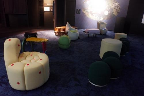シアターコーナの椅子のデザインも学生達のアイディアです。
