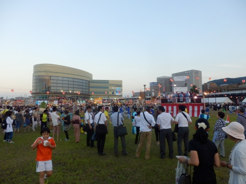 「ヨイトヨイヤマッカドッコイサノセ」という江州音頭のかけ声の中、たくさんの人が踊りだすマザレ祭