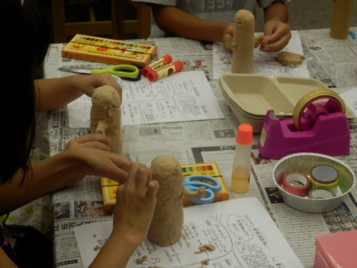 木粉粘土ではにわを作る小学生たち