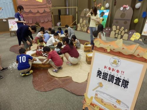 展示コーナーではいろいろな遊びができます。このコーナーは紙粘土で作られたはにはや土器のミニュチュアを発掘する遊びです