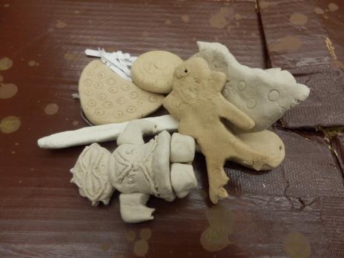 発掘された土器やはにわ。気に入ったものは一つ持ち帰りできます。