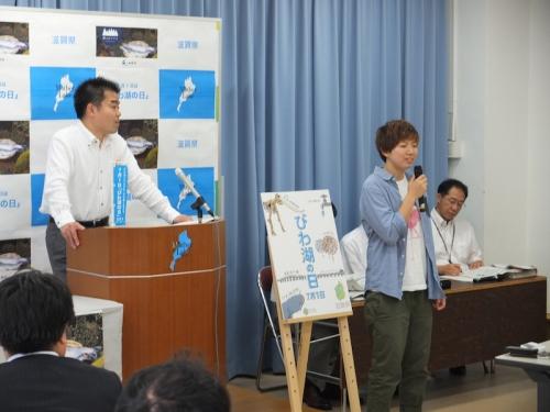 滋賀県知事の定例記者会見でポスターについて語る長谷川さん