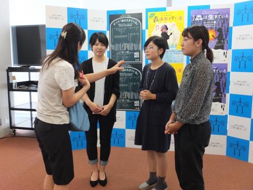 取材を受ける3人の採用学生
