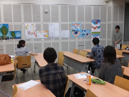 ファーストプレゼンテーションで発表する廣田尚之さん(メディアデザイン領域グラフィックデザインコース3年)